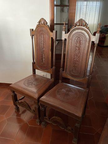 8 cadeiras de madeira com pele