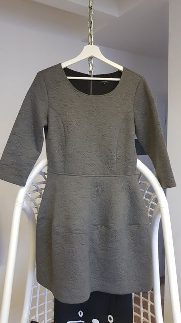 Solar sukienka m/l szara w tłoczone kwiaty