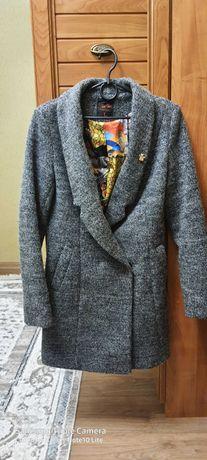 Пальто 44р 2000р