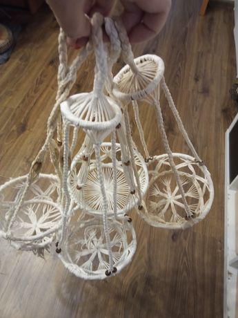 Kwietniki wiszące ze sznurka