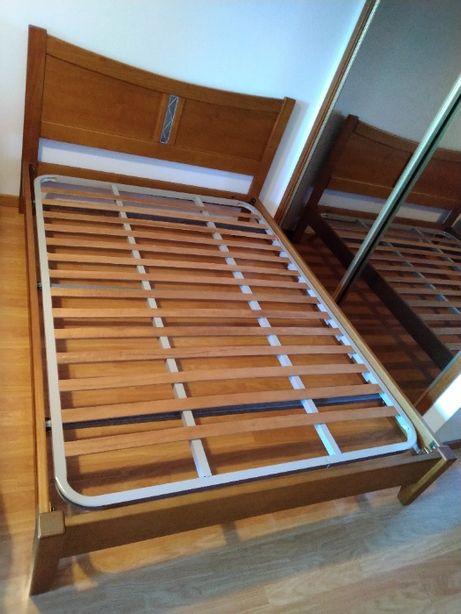 Mobília de quarto em pinho mel de madeira maciça em bom estado