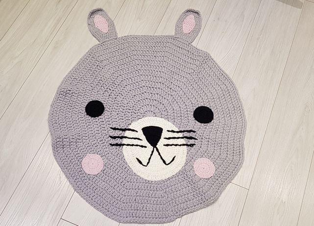 Ręcznie robiony dywanik królik