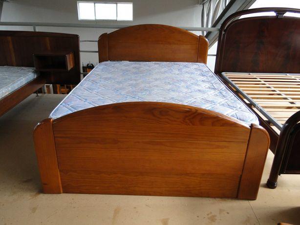 Cama em madeira maciça com estrado e colchão - Bom estado geral