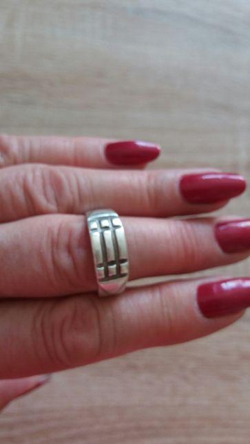 Sprzedam pierścionek srebrny.
