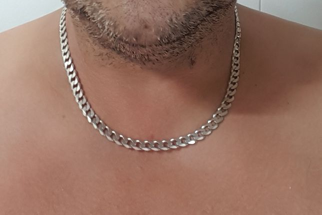 Diverso material em prata contrastada.