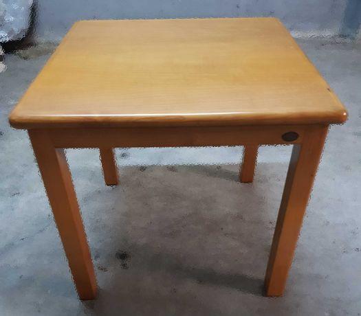 Duas mesas decorativas e móvel de arrumos
