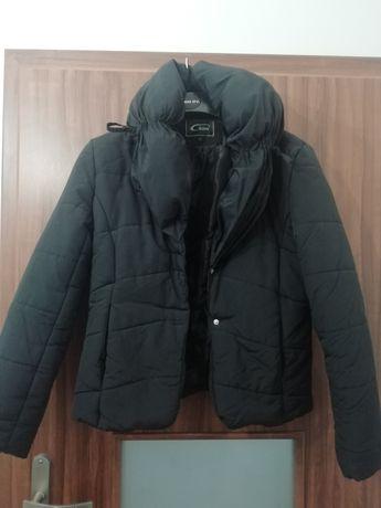 Krótka czarna kurtka puchowa