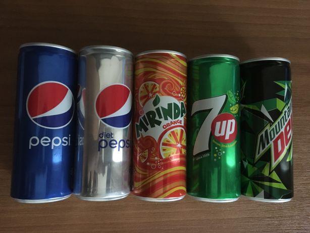 Коллекция пустых, закрытых банок Pepsi