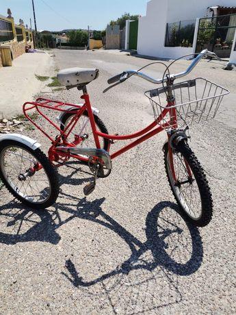 Triciclo vermelho