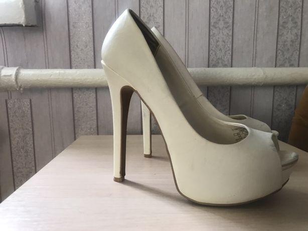 Білі туфлі з відкритим передком