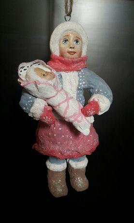 """Ватная елочная игрушка """"Девочка с куклой""""."""