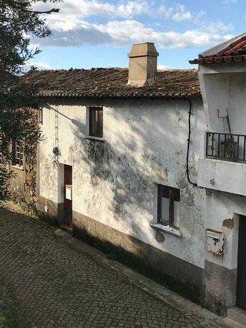 Vende-se casa em aldeia histórica no centro do país T2+1