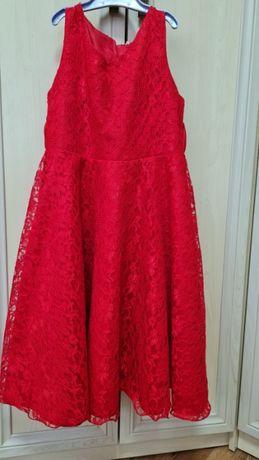 Червона сукня для худенькоi ледi.