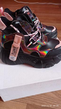 Продам кроссовки для девочки.