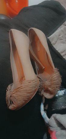 Sapatos altos castanhos claros