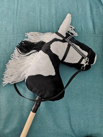 Hobby horse srokaty z oglowiem wodzami halterem uwiazem
