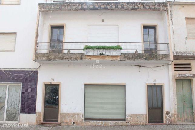 Moradia com dois pisos independentes e quintal, no centro de S.B.Messi