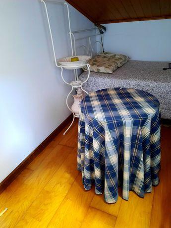 Mesa camilha. Boa para fazer de mesa cabeceira
