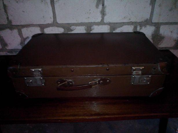 Zabytkowa walizka z czasów prl.