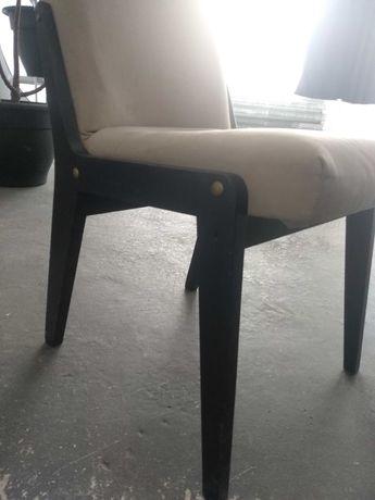 Dwa fotele z kremowym obiciem