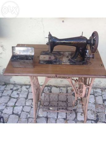 Máquina de costura da marca Singer antiga com o seu respectivo móvel.
