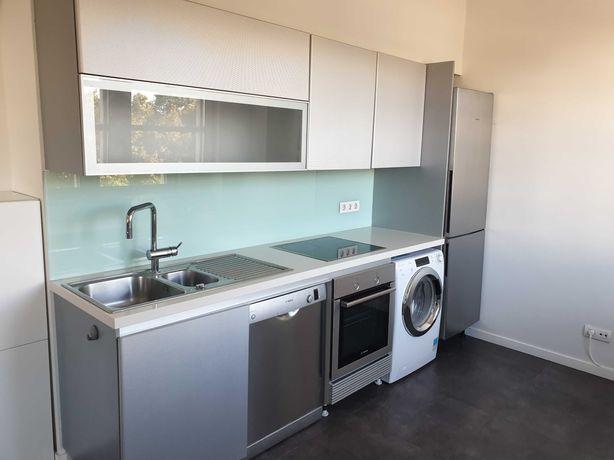 Cozinha moderna e duas bancadas de cozinha.