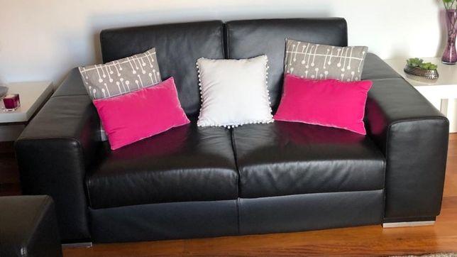 Conjunto com dois sofás de pele e mesa de centro - Cor preto.