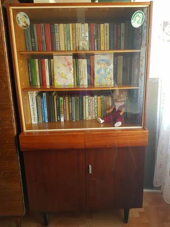 Шкаф книжный в хорошем состоянии