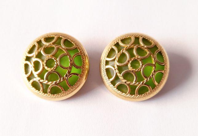 Brincos Vintage dourados, com fundo verde.