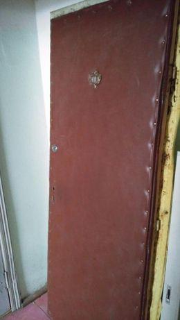 Дверь входная деревянная б/у с замками