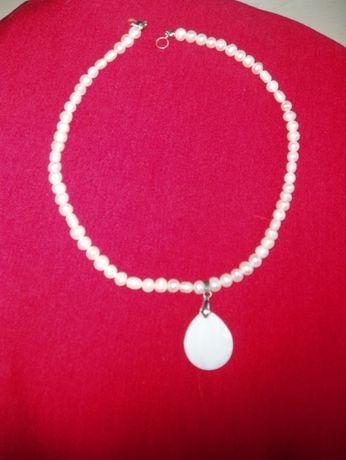 ожерелье из жемчуга с кулоном из перламутра