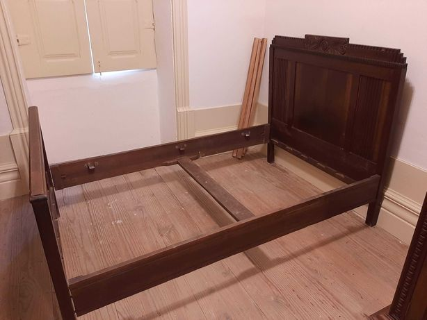 Cama de solteiro antiga em madeira maciça