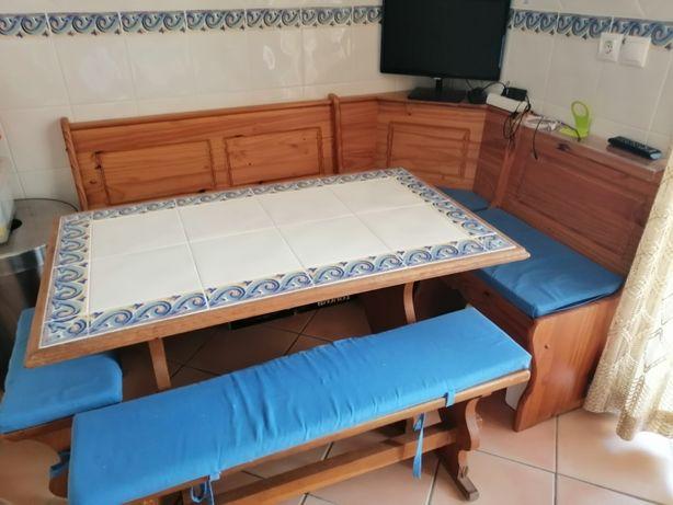 Mesa de cozinha com bancos