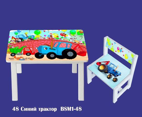 Детский стол и стул, полки с разнообразными рисунками