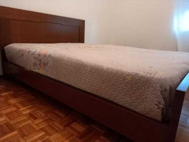 Cama com estrado, colchão, mesinhas de cabeceira