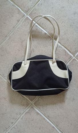 Czarna mała torebka na ramię, kremowe wstawki, stan: jak nowa