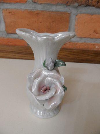 Wazonik porcelanowy z różą, perłowy