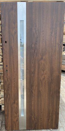 Drzwi drewniane brązowe z przeszkleniem