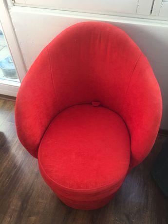Fotel w kolorze czerwonym plus toaletka
