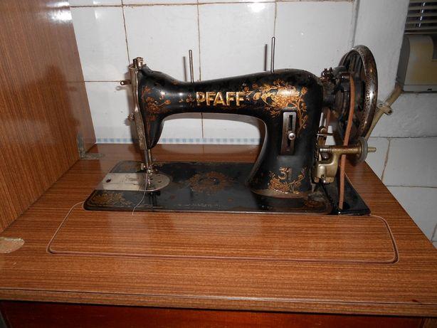 Maquina de Costura marca Pfaff Com móvel, em pleno funcionamento e em