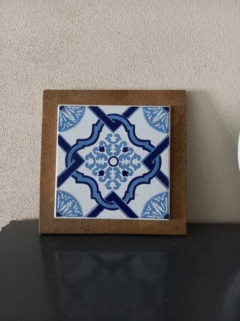 Azulejo decorativo em bom estado