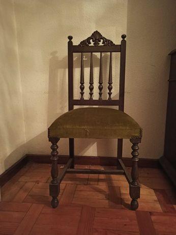 2 cadeirões, 1 cadeira e mesa