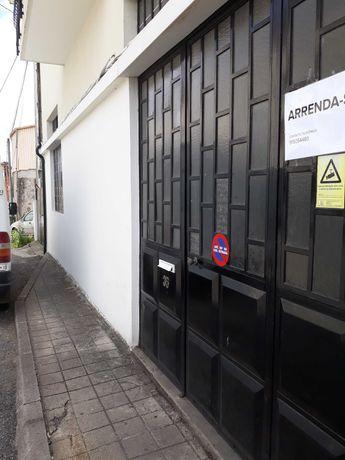 Arrenda-se armazém no centro da cidade de Paredes (Rua o Carreiro)