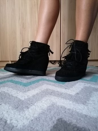 Czarne buty koturny frędzle
