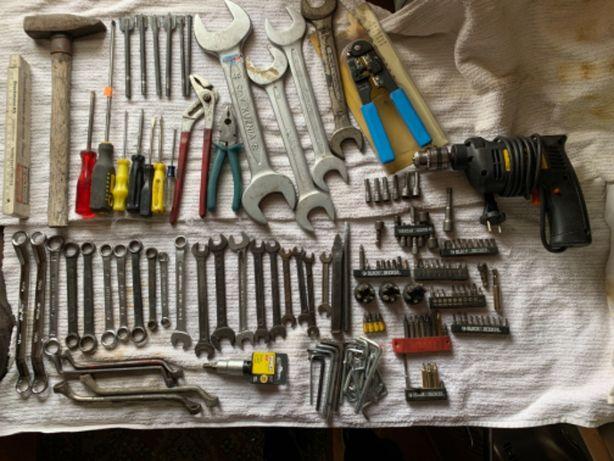 Zestaw narzędzi z metalową walizką klucze bity wiertarka