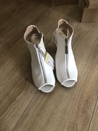 Białe botki