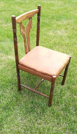 Krzesła drewniane tapicerowane.
