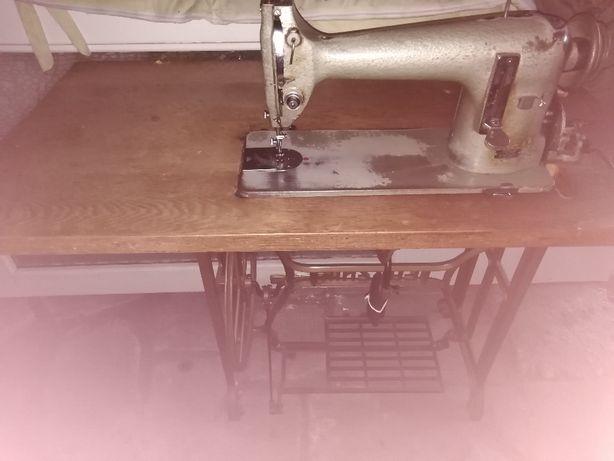 stara maszyna do szycia ze stołem Łucznik