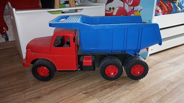 Mega duża solidna ciężarówka