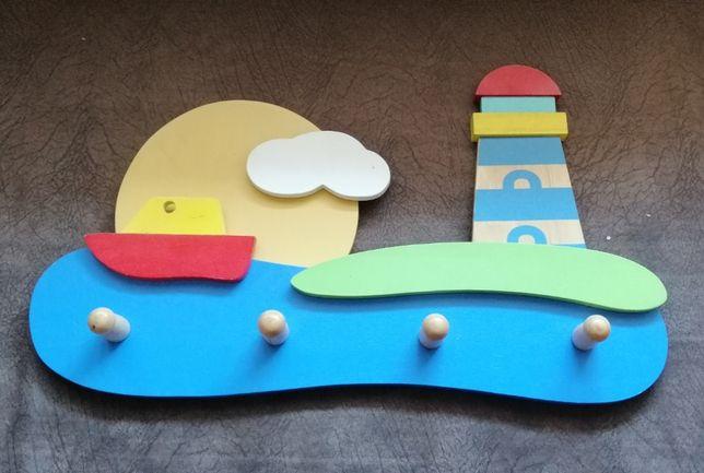 Drewniany wieszak latarnia i statek dla dzieci